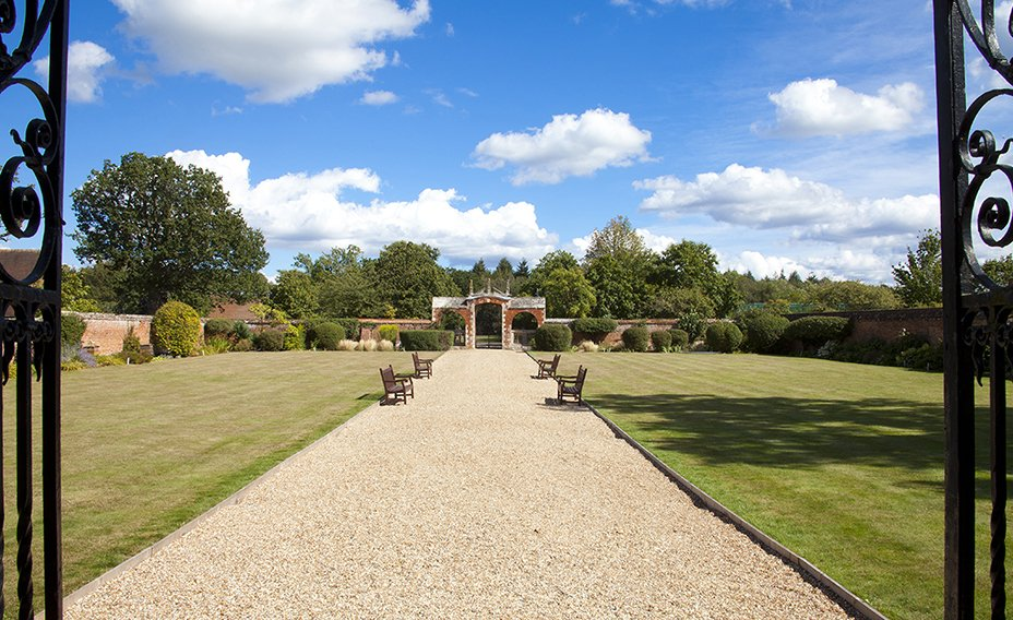 Bramshill_House_Gardens_to_the_Mansion